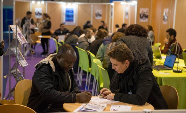 photo de deux hommes en train d'étudier un CV sur le Forum