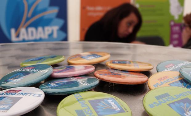 badges posés sur une table