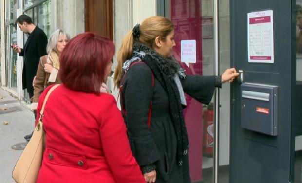 photo de deux femmes poussant la porte d'un commerce